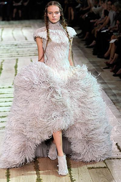1006-alexander-mcqueen-spring-2011-paris-fashion-week-feather-gown_fa